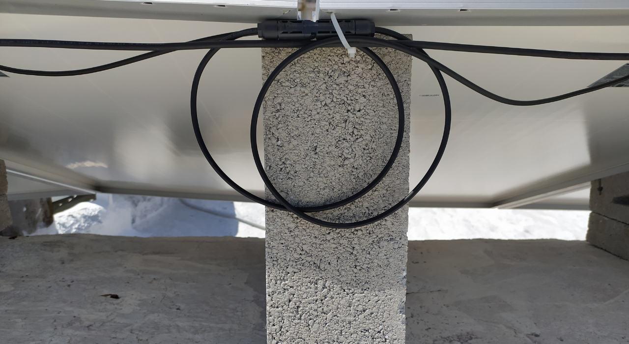 Vista de los cables de la instalación de panales solares